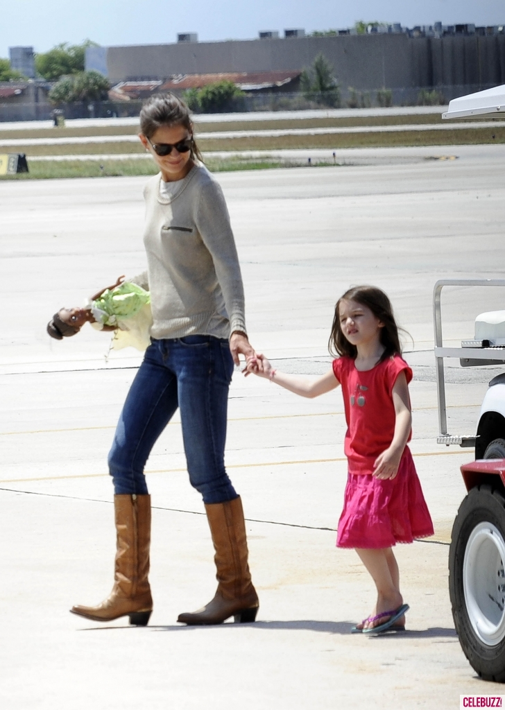 Suri Cruise Boarding Private Jet